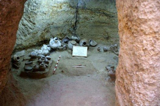 Βούντενη. Το στόμιο και ο θάλαμος του τάφου.jpg